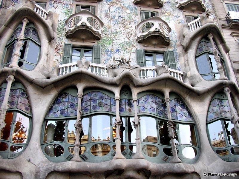Arhitektura Kasa%20Mila%20-%20La%20pedrera___Barselona___%C5%A0panija___foto__PlanetaPutovanja
